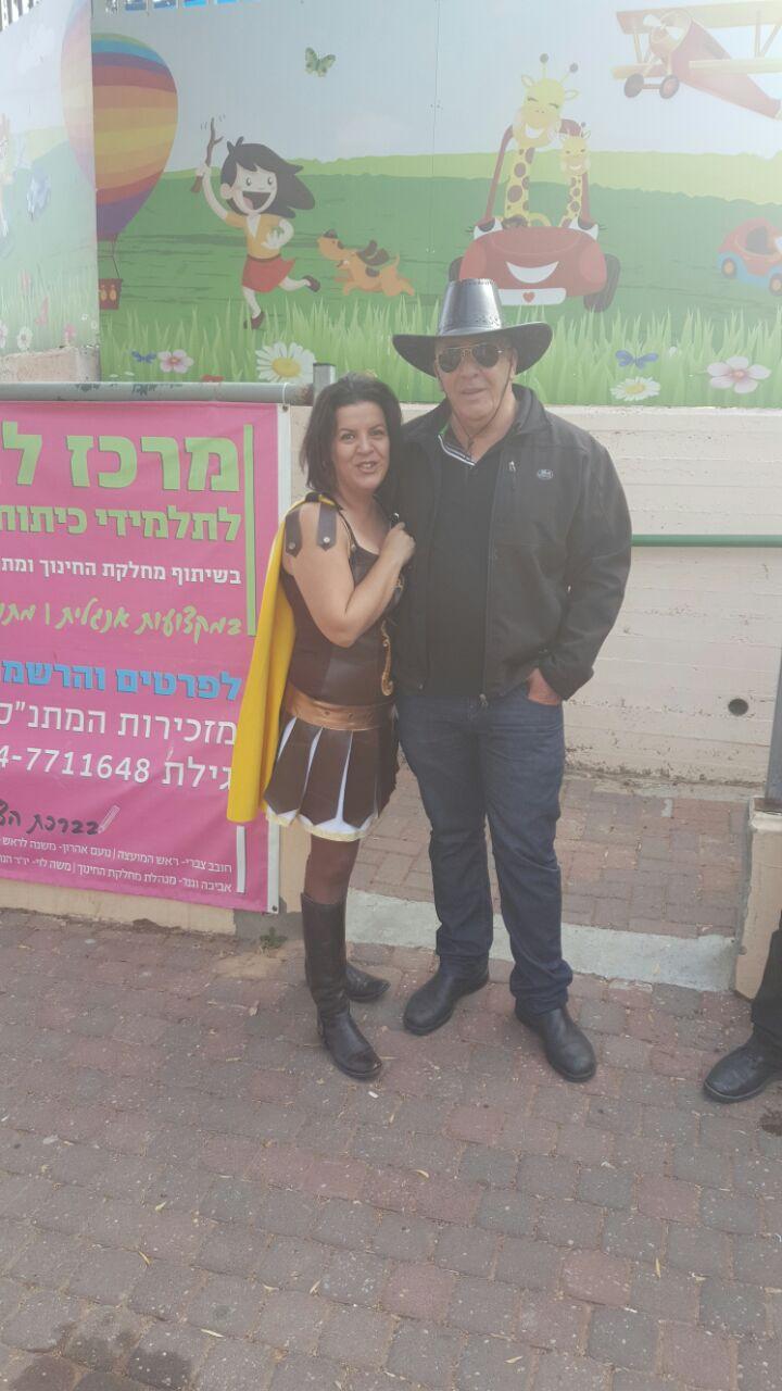 חברת המועצה קרן שגב עם משה לוי יור המתנס