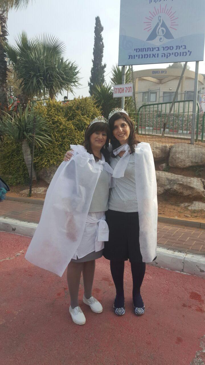 מנהלת בית הספר אוהל מאיר נירה אדלשטיין וסגניתה רחל יגיל באוירת חג
