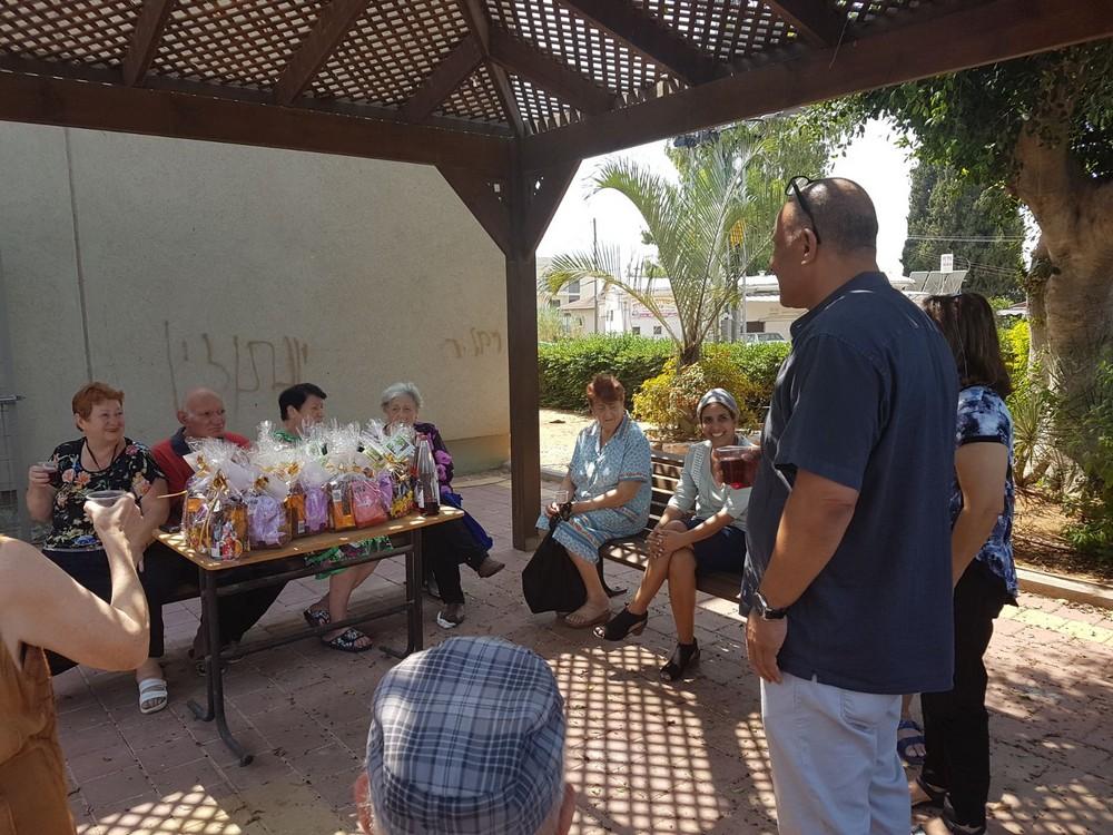 הרמת כוסית לכבוד ראש השנה בדיור המוגן לקשישים ביישוב